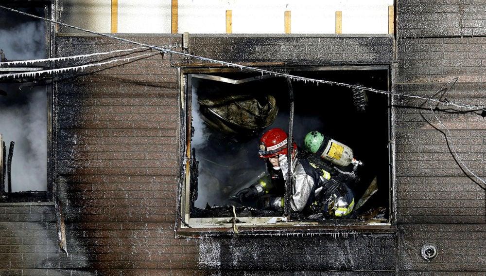 Imagen de un bombero inspeccionando los daños del incendio en Sapporo