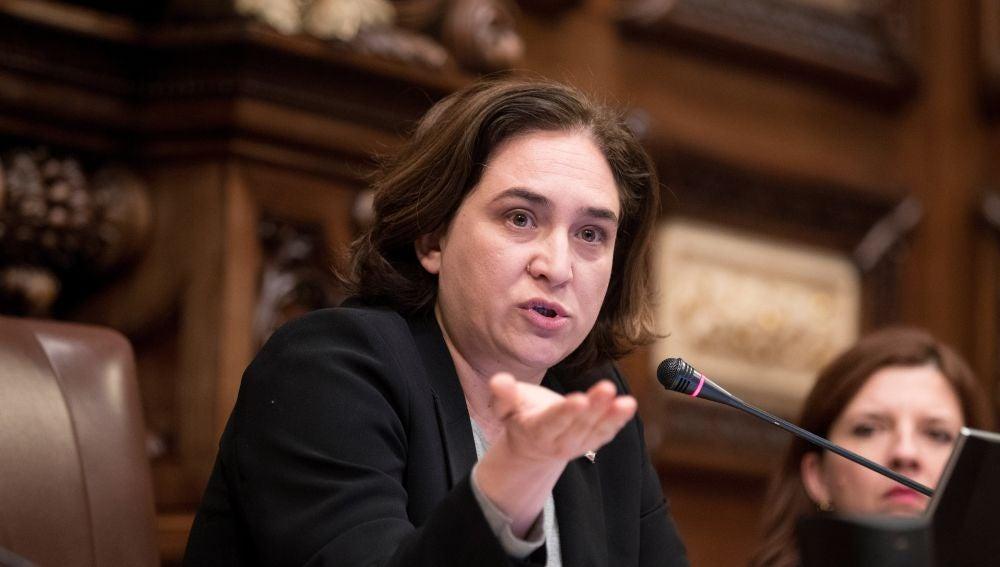 La alcaldesa de Barcelona, Ada Colau, durante el pleno extraordinario en el que ha perdido la moción de confianza que ha presentado