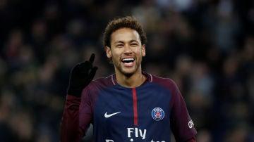 Neymar sonríe durante un partido con el PSG