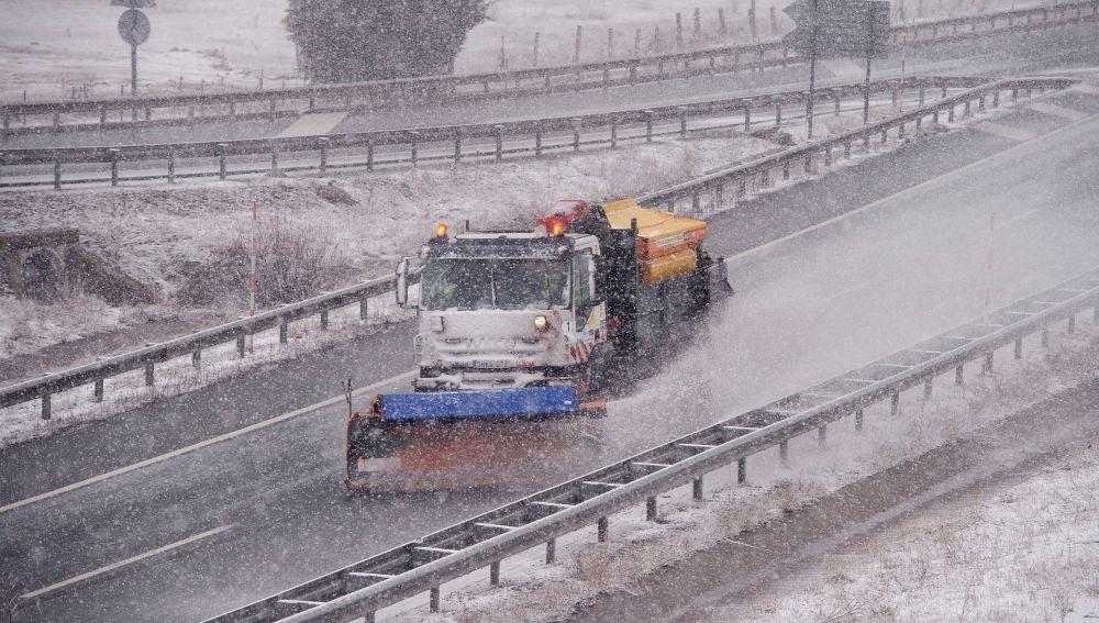 Una quitanieves limpia la Autovía de la Meseta a la altura de la localidad cántabra de Reinosa, en alerta por nieve