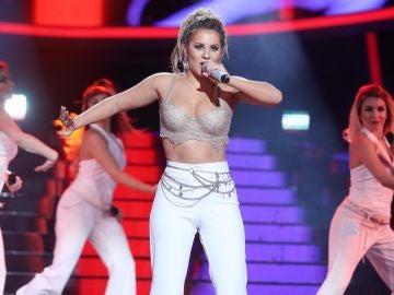 Lucía Gil se pone rastas para cantar 'Dime' como Beth