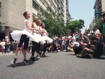 Ballet en la calle contra los recortes en Argentina