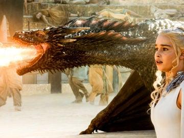 Daenerys Targaryen con sus dragones en 'Juego de Tronos'