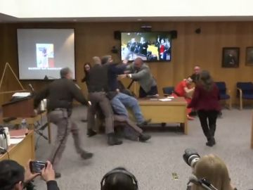 El padre de varias de las víctimas de Larry Nassar intenta agredirlo en el juicio