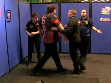 Adrian Lewis en el momento de empujar a José Justicia