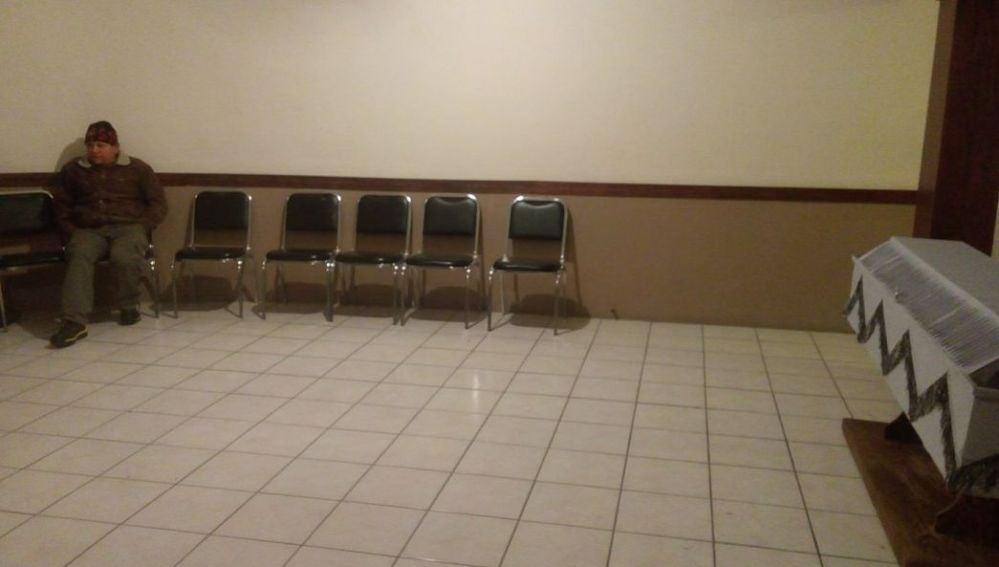 Un hombre solo en el velatorio de su esposa