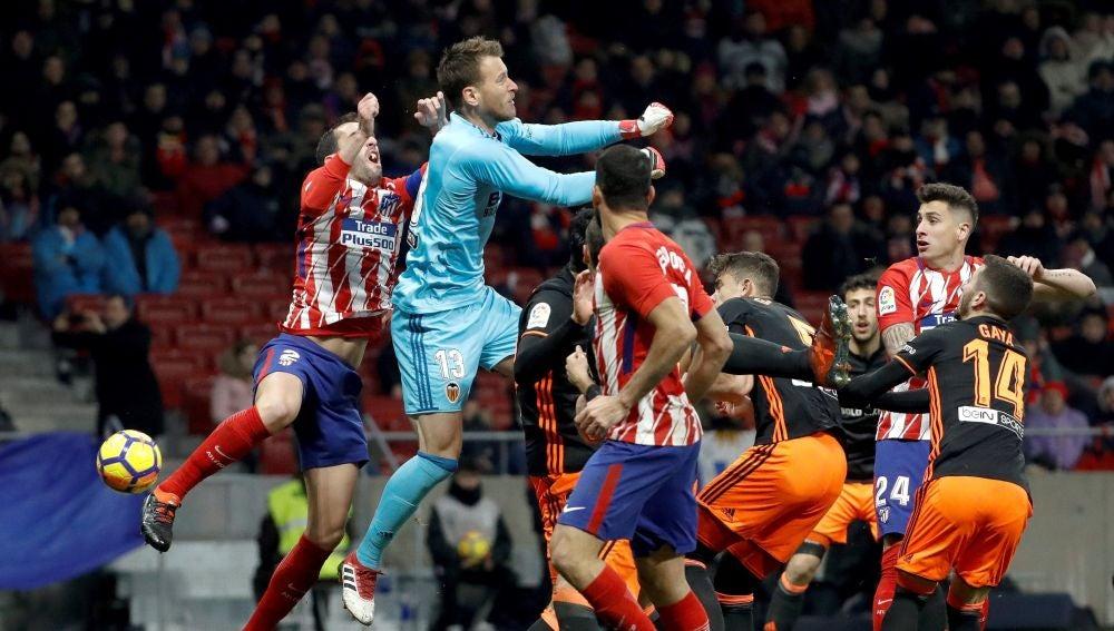 Diego Godín, en el momento de sufrir el golpe con Neto