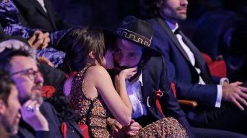 Macarena García besa a Leiva tras dedicarle el Goya