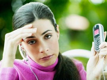 Mujer harta del teléfono