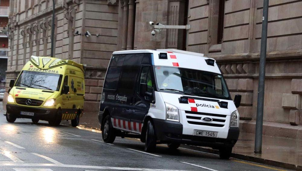 El furgón y la ambulancia en la que han sido trasladados