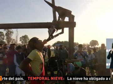 El norte de la India acoge las 'olimpiadas rurales' con pruebas como levantar un arado con los dientes o dejarse atropellar por un coche