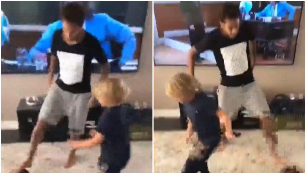 Neymar juega al fútbol con su hijo en el salón de casa