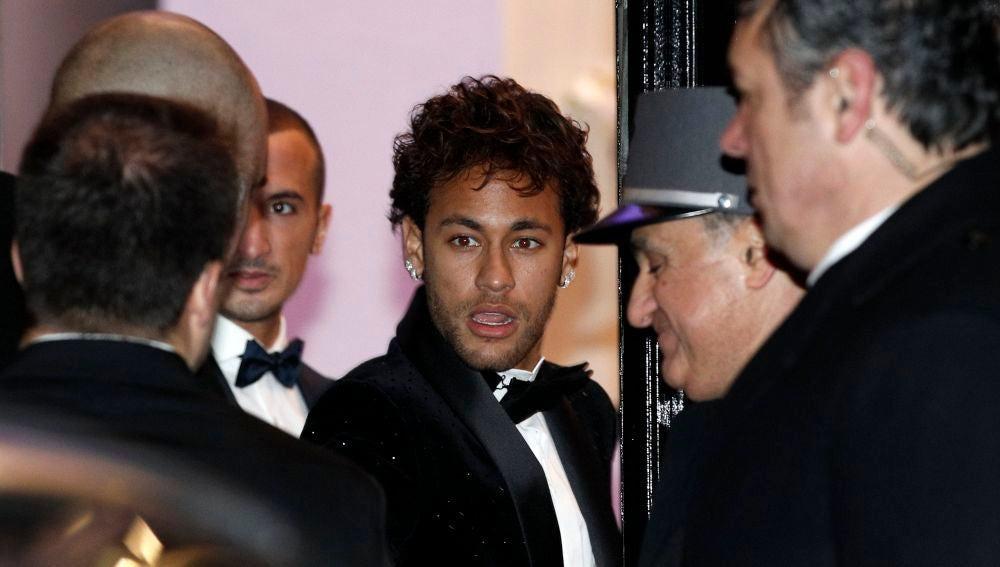 Neymar llega a la sala de fiestas de París para celebrar su 26 cumpleaños