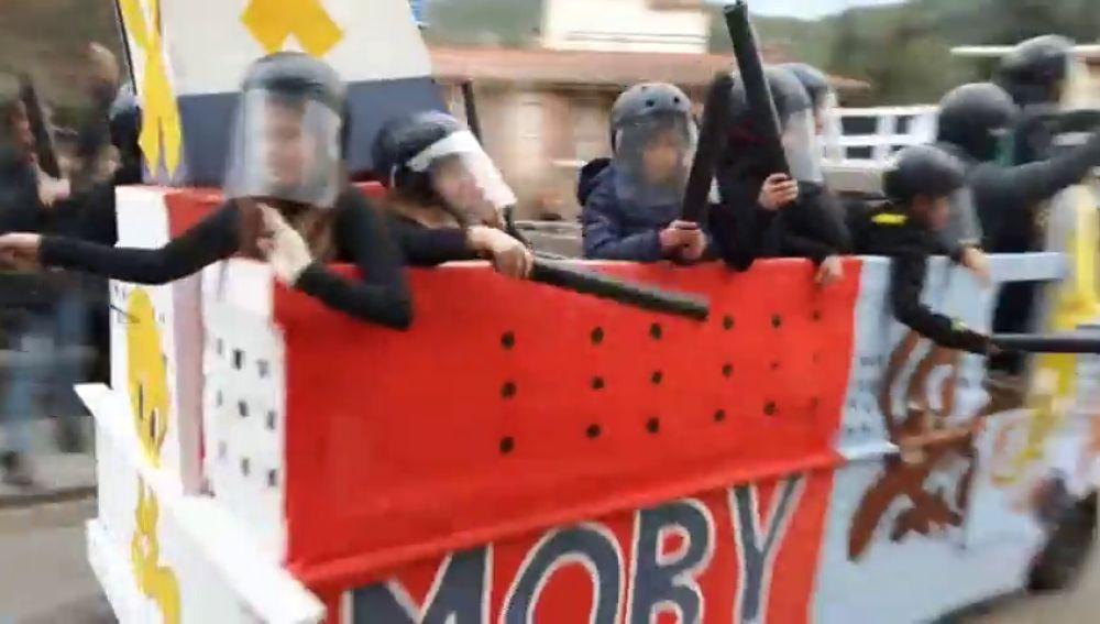 El carnaval de Torrelles se mofa del despliegue policial en el barco Piolín
