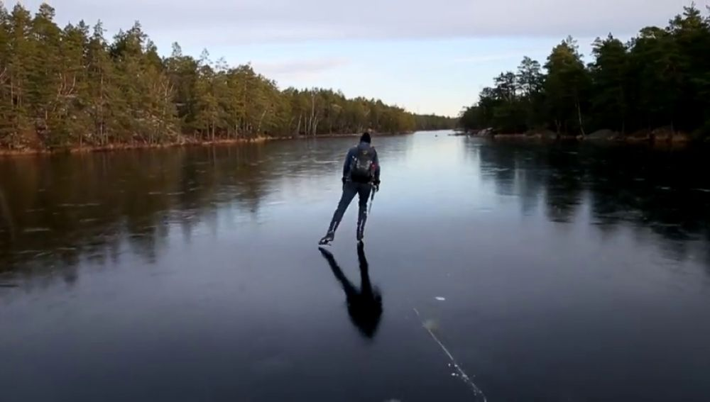 Sorprendentes imágenes y sonido de un patinador sobre un lago helado en Estocolmo