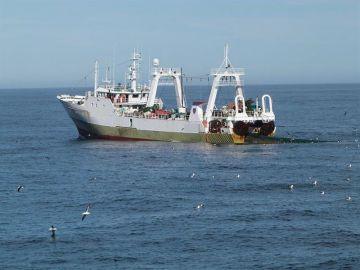 Un pesquero faena en el mar