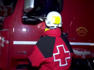 La Cruz Roja reparte comida caliente a los camioneros parados en la carretera