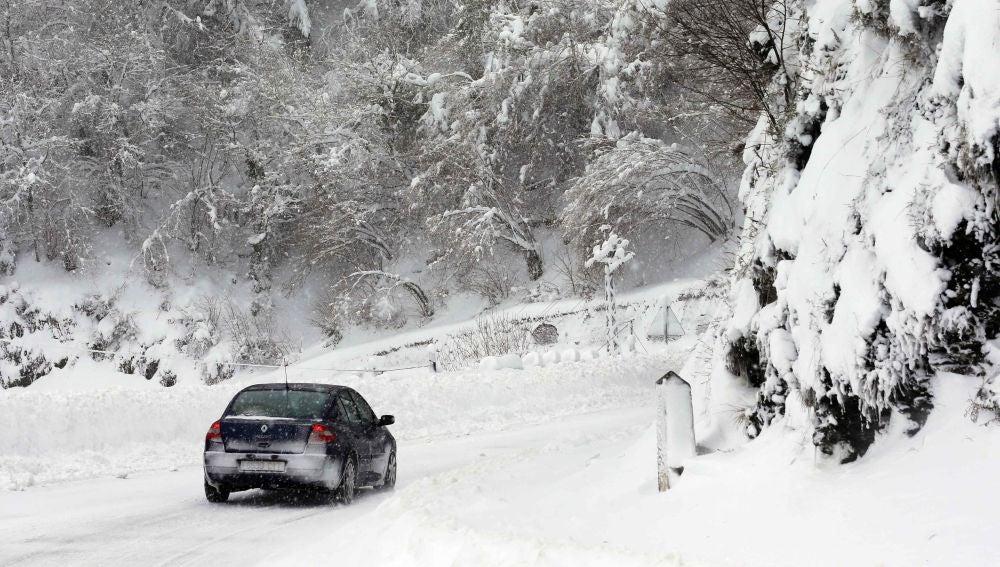 El temporal de nieve ha provocado el corte de numerosos puertos de montaña