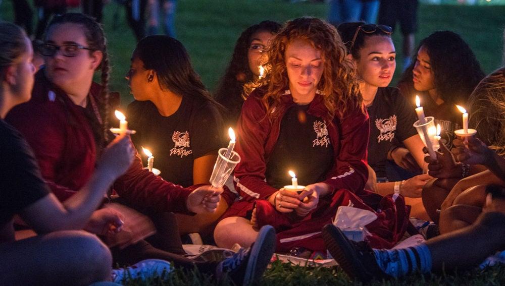 Un grupo de estudiantes con velas en Florida