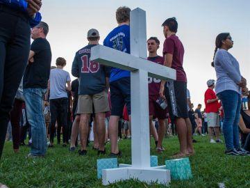 Luto y dolor en la vigilia por las víctimas de la masacre en escuela de EEUU