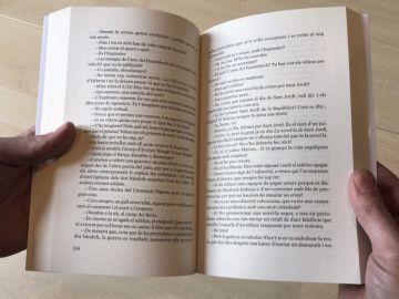Un libro con la página 155 omitida