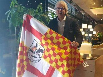 Xavier Gabriel con la bandera de Tabarnia