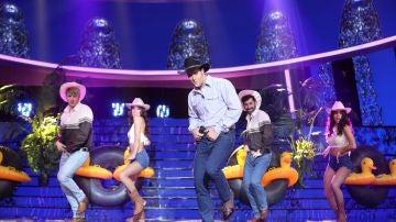 Un David Amor muy country baila 'Arriba y abajo' como Coyote Dax