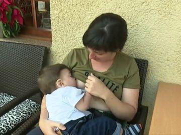 Una mujer transgénero ha conseguido dar el pecho a su hijo