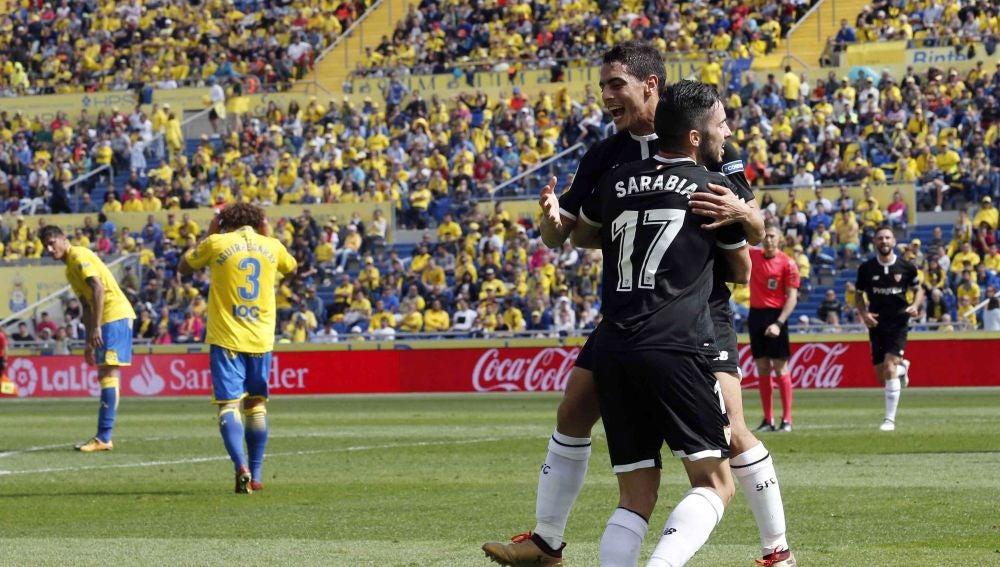 Sarabia y Ben Yedder se abrazan para celebrar un gol del Sevilla