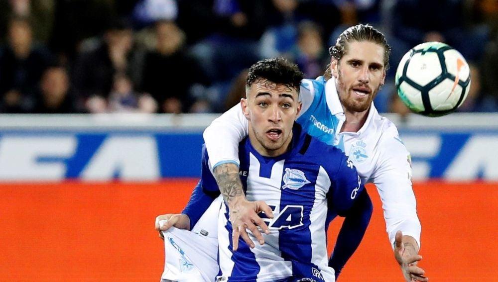 Munir disputa un balón con Albentosa