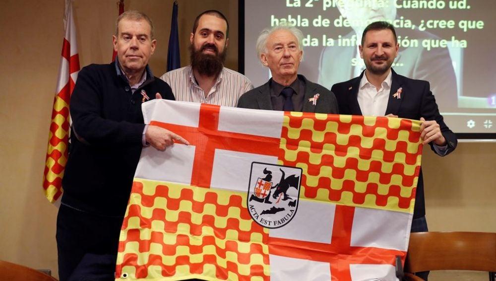 El presidente de Tabarnia en el exilio, Albert Boadella, posa junto al periodista y portavoz de Tabarnia, Jaume Vives, el periodista y miembro de la plataforma Tomás Guasch, y el miembro de Barcelona is not Catalonia