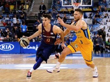 Heurtel conduce el balón en el partido ante el Gran Canaria