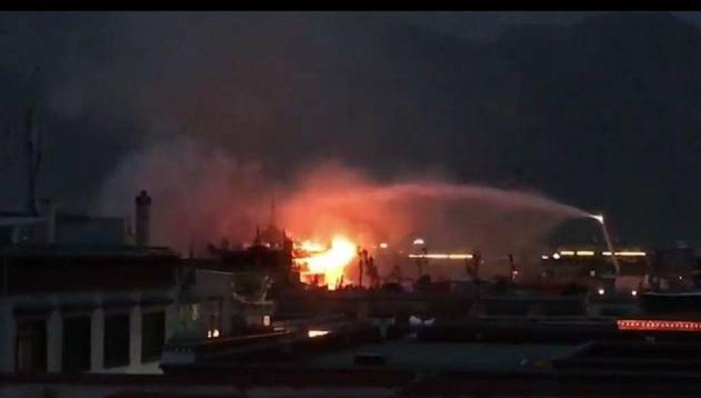Imagen del monasterio de Jokhang en Lhasa en llamas