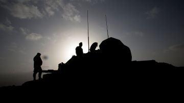 Soldados turcos junto a milicias aliadas del Ejército Libre de Siria (ELS), en el cantón kurdosirio de Afrín