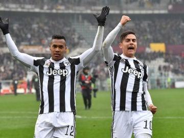 Álex Sandro y Dybala celebran el triunfo de la Juve