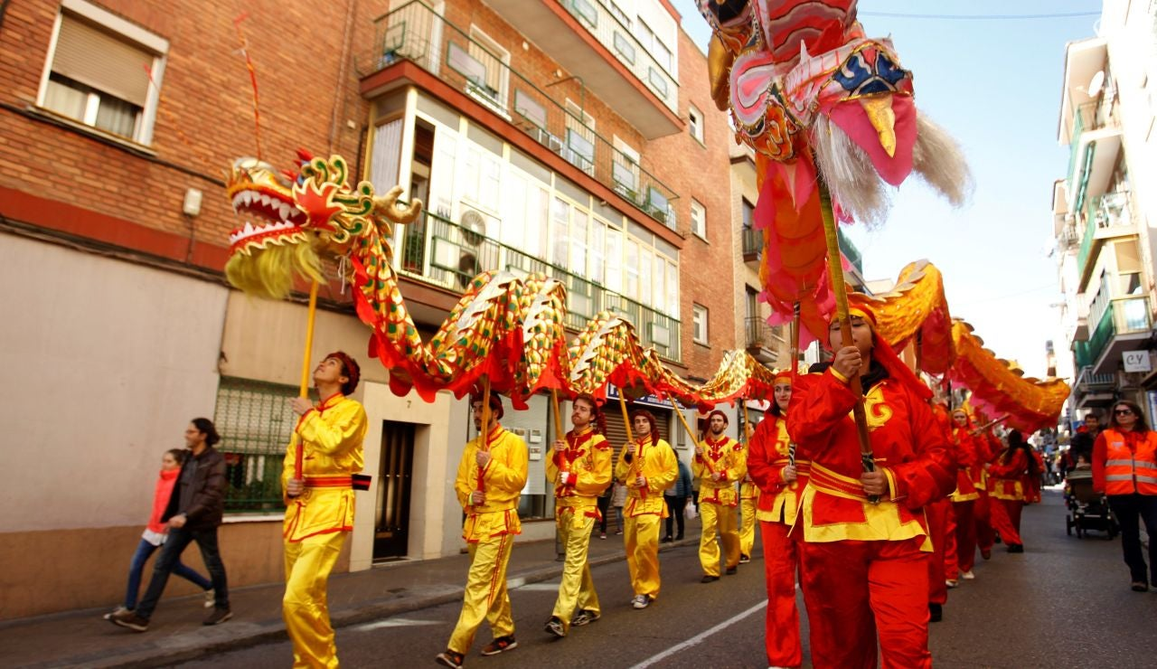 El pasacalles por el Año nuevo Chino, recorre desde esta mañana las calles del distrito de Usera