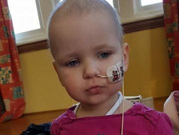 La pequeña Tazmin durante su tratamiento contra la leucemia