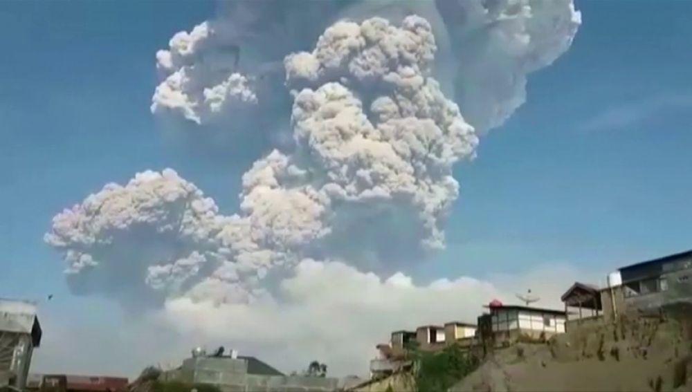 Activo el volcán indonesio Sinabung en la isla de Sumatra