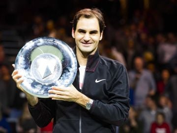 Federer posa con el trofeo de campeón en Rotterdam
