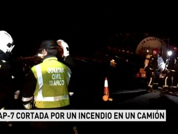 LA AP-7 CORTADA POR UN INCENDIO EN UN CAMIÓN