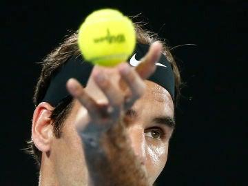 Federer se dispone a sacar durante un partido del Open de Australia