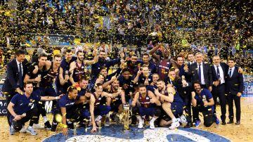 Los jugadores del FC Barcelona celebran la Copa del Rey en Canarias.