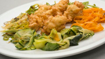 Buñuelos de bacalao con verduras a la plancha