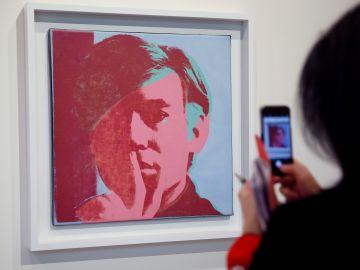 Vista de un autorretrato del artista estadounidense Andy Warhol
