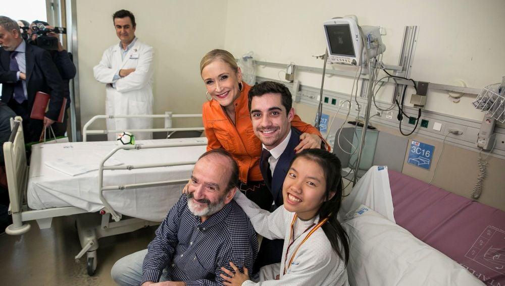 Javier Fernández visita a los niños en el Hospital Gregorio Marañón