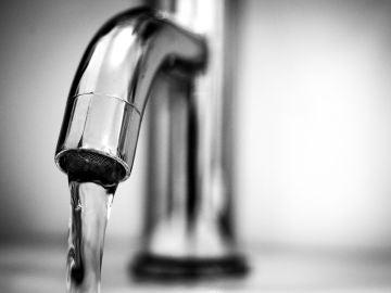 ¿Es más saludable beber agua embotellada o agua del grifo?