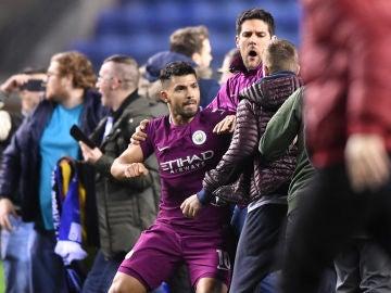 Agüero se enfrenta con un aficionado del Wigan