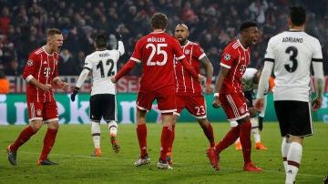 Müller celebra con sus compañeros uno de sus goles ante el Besiktas