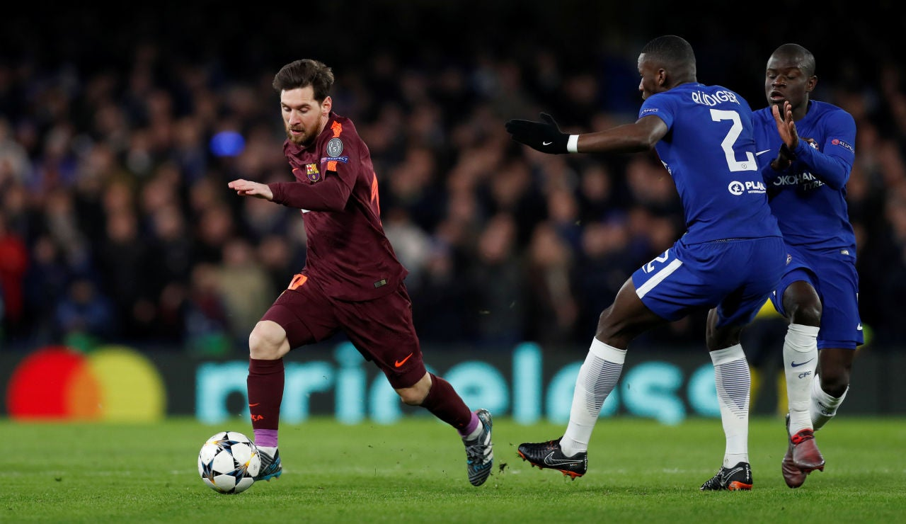 Messi corre con el balón ante el Chelsea