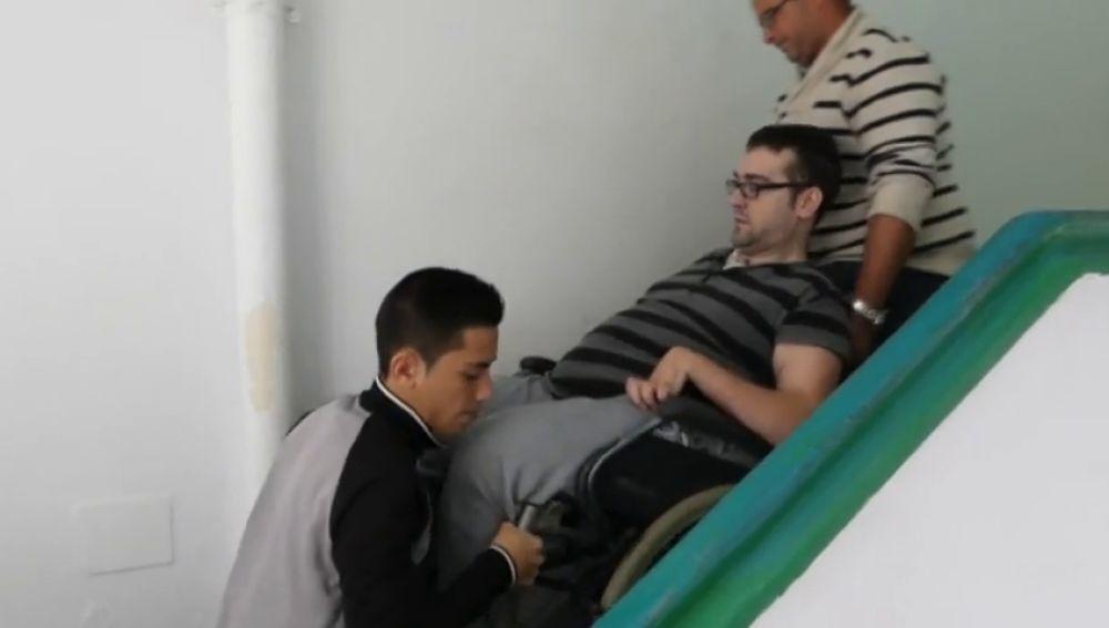 Un joven tetrapléjico consigue que las instituciones le instalen un ascensor eléctrico para poder entrar y salir de casa